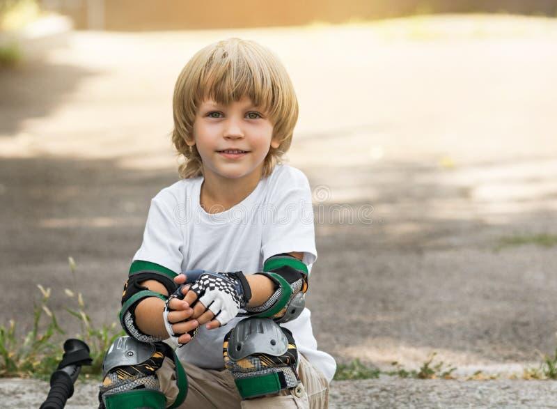 Pcteres de ruedas del muchacho fotografía de archivo