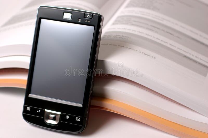 PDA und Bücher stockbilder