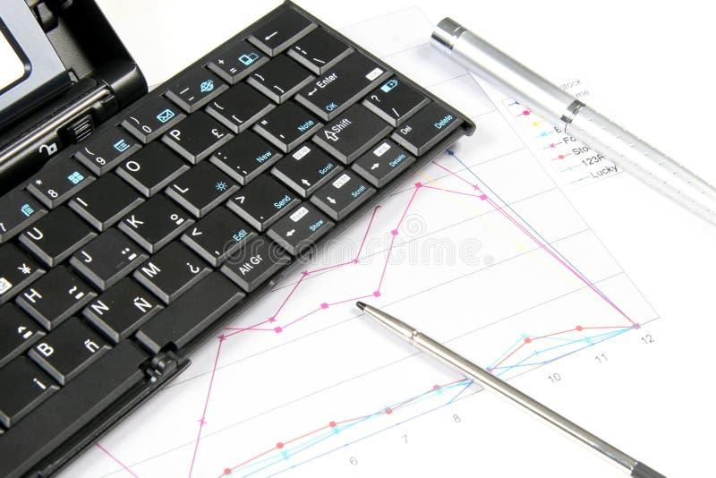 PDA und Tastatur mit Diagramm stockfotografie