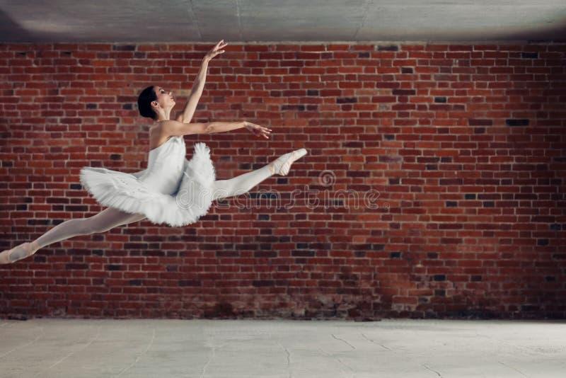 Pełen wdzięku baletniczy tancerz wykonuje skok zdjęcie stock