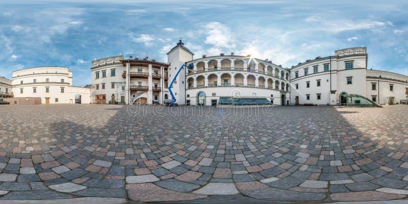 Pełna bezszwowa bańczasta panorama 360 180 kąta widokiem blisko pałac królewskiego Uroczysty Duchy Lithuania w equirectangular zdjęcia stock