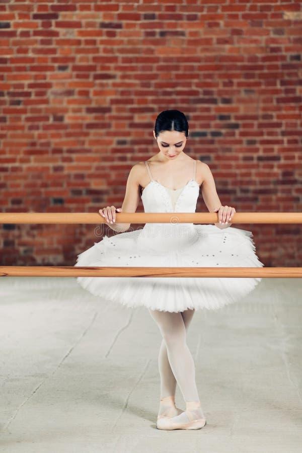 Pełna długości fotografia kobieta w biel smokingowej perforing baletniczej pozie obraz royalty free