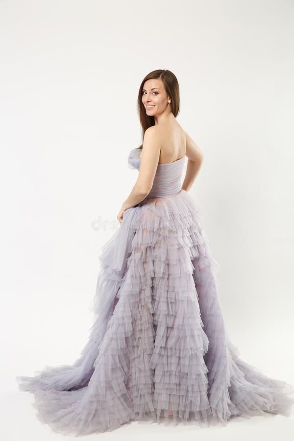 Pełna długości fotografia moda modela kobieta jest ubranym elegancki wieczór sukni togi purpurowy pozować odizolowywam na biel śc fotografia stock