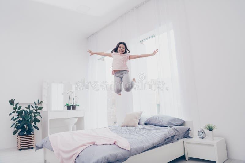 Pełnej długości ciała rozmiaru widoku fotografii ostry niestaranny ona jej małej dziewczynki skokowa wysokość na łóżkowej figlarn zdjęcie royalty free