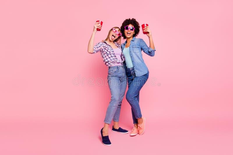 Pełny długości ciała rozmiaru widoku portret dwa osoby ładnej atrakcyjnej rozochoconej dziewczyny w przypadkowy w kratkę koszulow obrazy stock