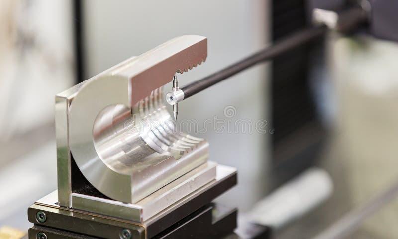 Peça automotivo da inspeção do operador pela máquina de medição do contorno foto de stock