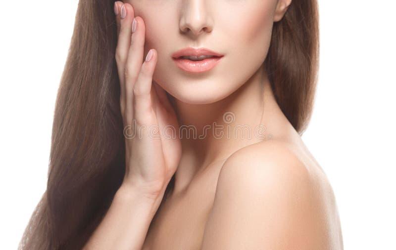 Peça bonita da mulher do queixo e dos ombros do nariz da cara que tocam em sua cara pelos dedos perto acima do retrato isolado no imagem de stock royalty free