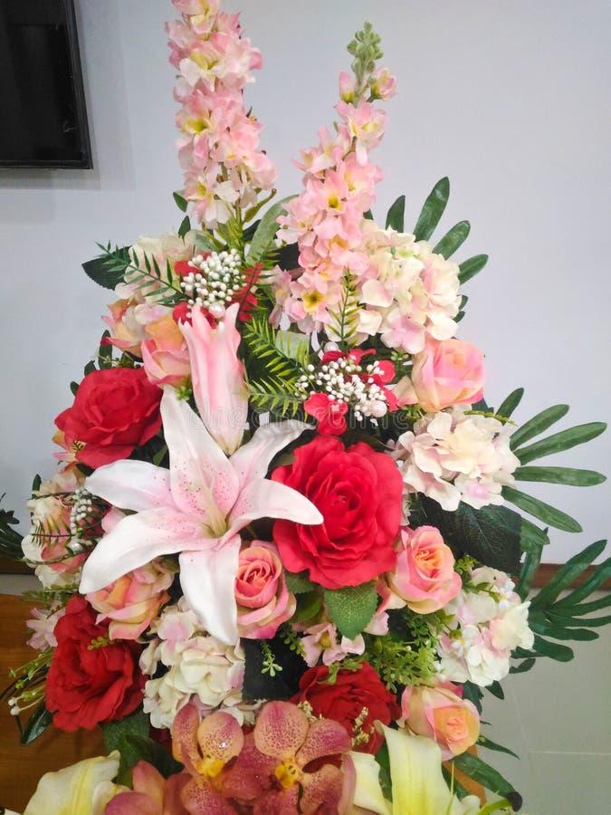 Peça central colorida do arranjo do ramalhete da flor fotos de stock