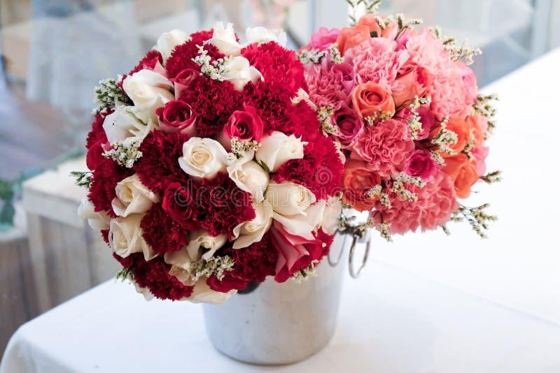 Peça central colorida do arranjo do ramalhete da flor fotografia de stock royalty free