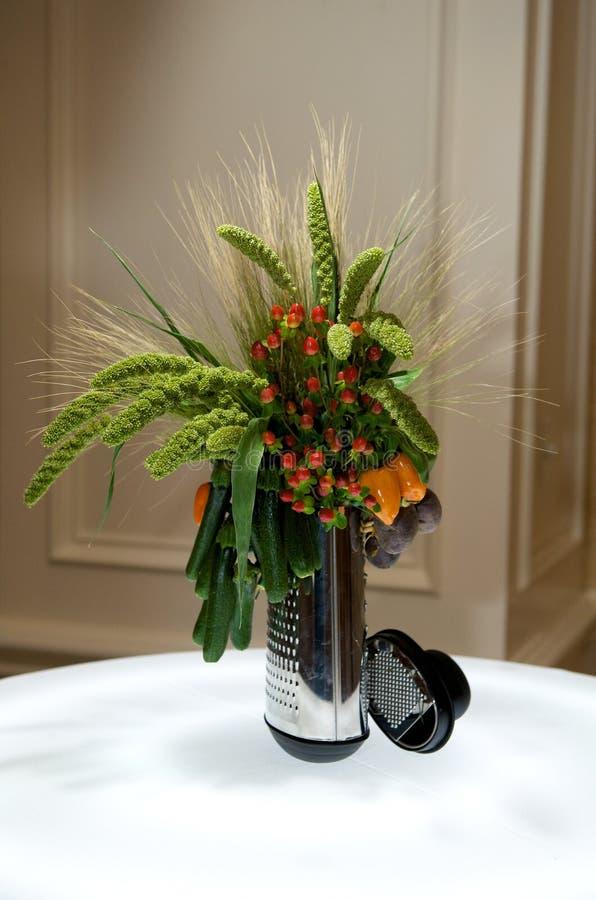 Peça central creativa com vegetais e folha foto de stock