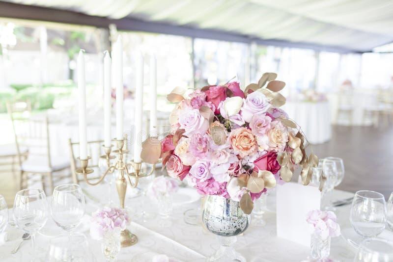 Peça central romântica do casamento foto de stock royalty free