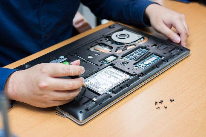 Peça da elevação do apoio do técnico e portátil da fixação selecione o foco, conceito do reparo do computador imagens de stock