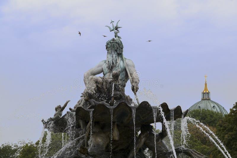 Peça da fonte de Netuno em Berlim com o deus grego Poseid fotografia de stock royalty free