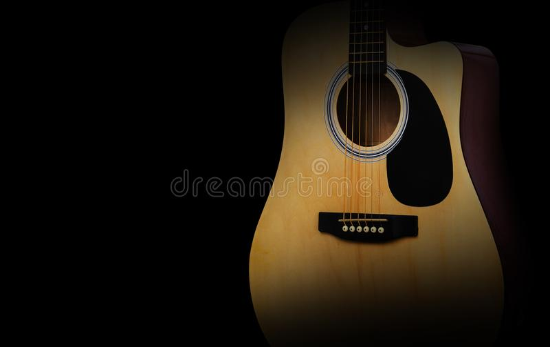 Peça da guitarra acústica no fundo preto velho imagens de stock royalty free