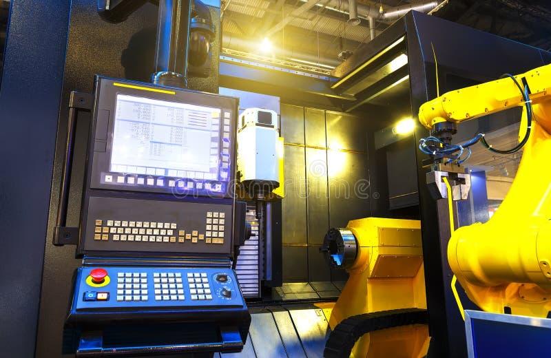 A peça da máquina de trituração do cnc com painel de controle e do robô no borrão de movimento move uma peça do CNC no transporte imagem de stock
