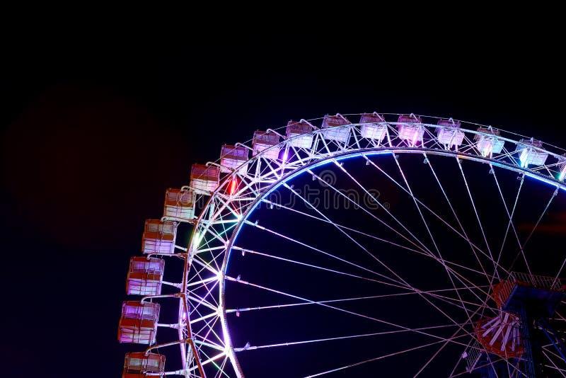 Peça da roda de ferris com iluminação azul na noite foto de stock