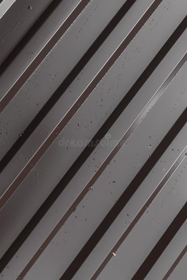 Peça de construção baixa marcada do ferro perfil escuro do teste padrão escuro diagonal do telhado com gotas da água após o fim d fotos de stock royalty free