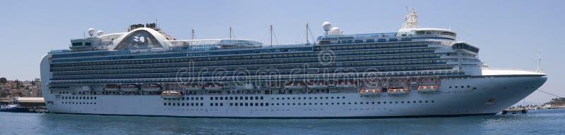 A peça de Emerald Princess da frota da princesa Cruises entrou em Kusadasi Turquia imagem de stock royalty free