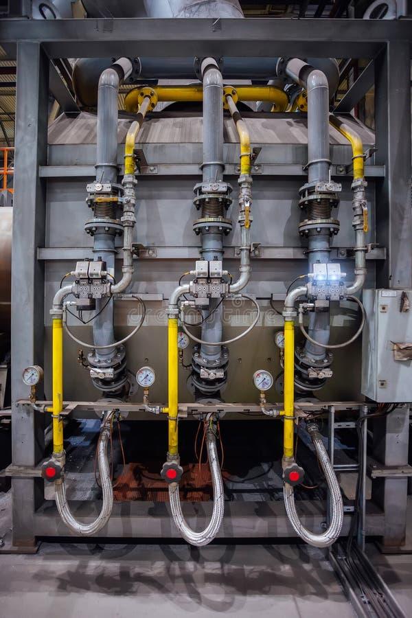 Peça de maquinaria industrial, encanamento de aço com válvulas e manômetros imagem de stock