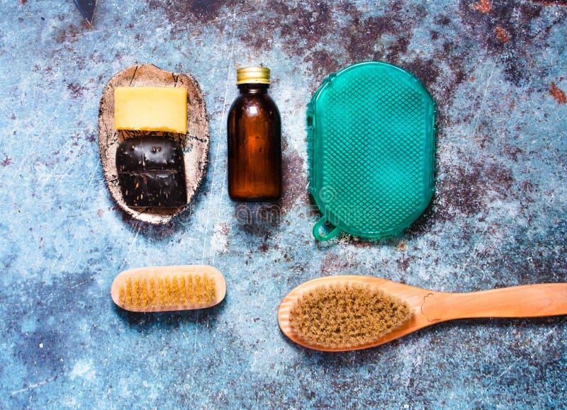 Peça de sabão, pincel de madeira e silicone, sem desperdícios, para massagem de corpo e duche Tratamento da pele com fundo azul fotos de stock
