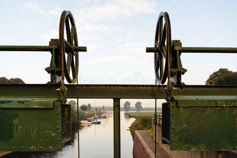 Peça de um fechamento antigo perto de um porto pequeno imagens de stock royalty free
