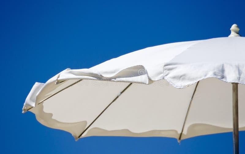 Peça de um guarda-chuva de praia branco fotos de stock
