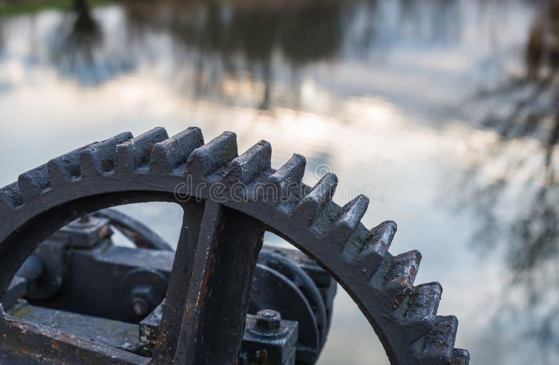 Peça de uma engrenagem velha do ferro fundido fotos de stock