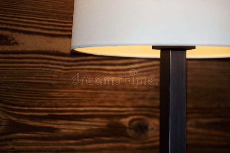Peça de uma lâmpada de assoalho contra a parede de madeira fotografia de stock royalty free