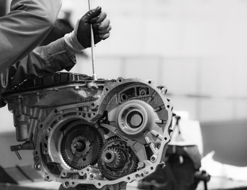 Peça do motor de automóveis, reparo do motor, serviço do automóvel, monocromático fotografia de stock royalty free