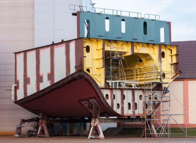 Peça do navio grande sob a construção no estaleiro fotos de stock royalty free