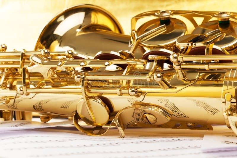 Peça do saxofone com as notas musicais que refletem nela foto de stock royalty free