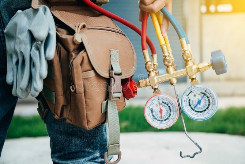 Peça do técnico e do A do condicionamento de ar da preparação instalar n fotos de stock