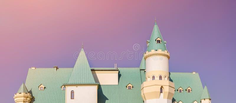 Peça do telhado do castelo feericamente da cauda contra o céu azul no fundo fotografia de stock royalty free