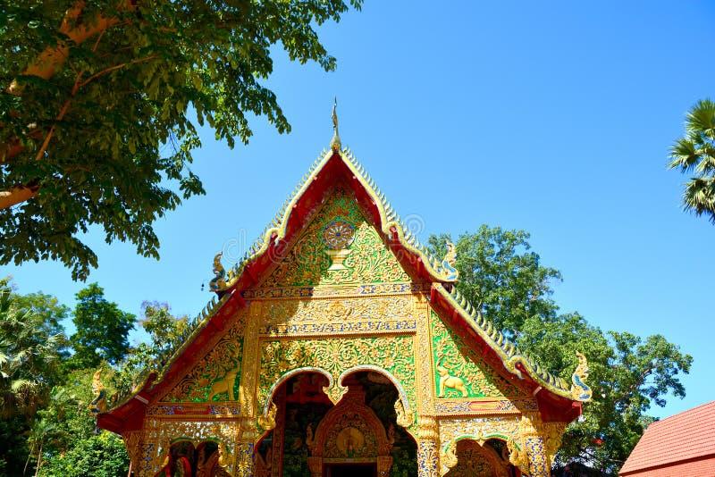 Peça do telhado tailandês do templo fotografia de stock