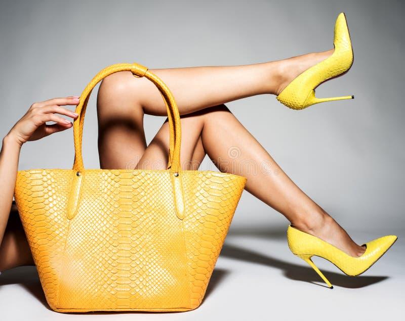 Peça dos pés das mulheres nos saltos altos elegantes bonitos fotos de stock