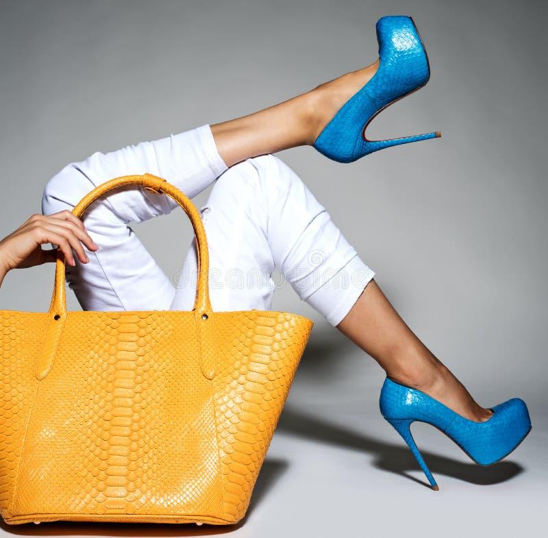 Peça dos pés das mulheres nos saltos altos elegantes bonitos imagem de stock royalty free