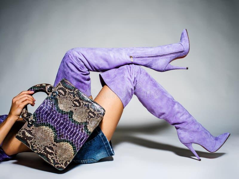 Peça dos pés das mulheres nos saltos altos elegantes bonitos do batford fotografia de stock