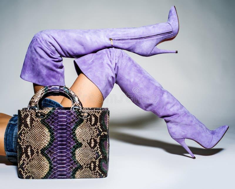 Peça dos pés das mulheres nos saltos altos elegantes bonitos do batford fotografia de stock royalty free