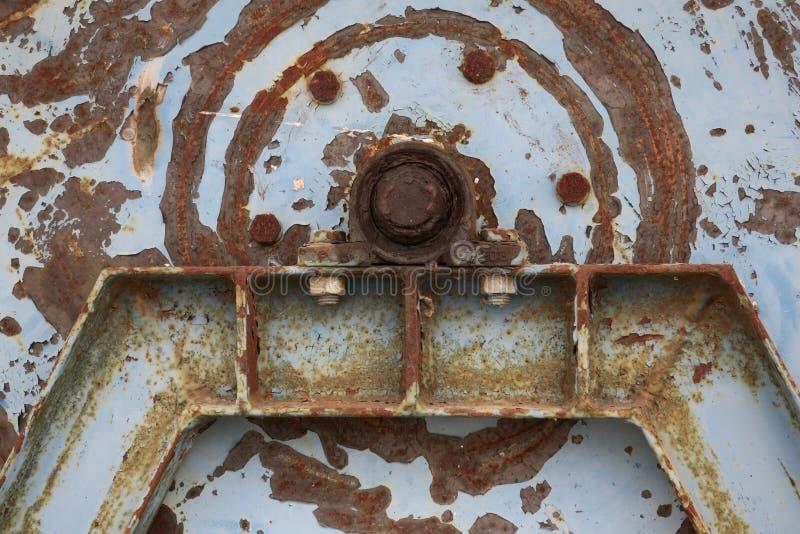Peça oxidada velha da máquina com porca e parafuso imagem de stock