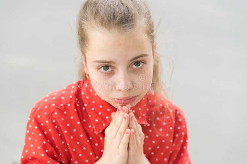 Peça a permissão Comportamento proibido Permissão de pedido triste da menina Por favor conceito As mãos insolúveis da posse da me foto de stock