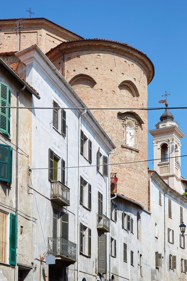 Peça traseira da igreja de Mondovi, de Misericordia em tijolos vermelhos e construções velhas em um dia ensolarado, céu azul em I foto de stock