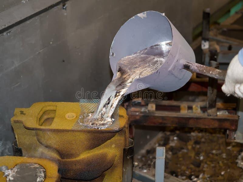 Peças automotivos de alumínio de derramamento do operador fotografia de stock royalty free