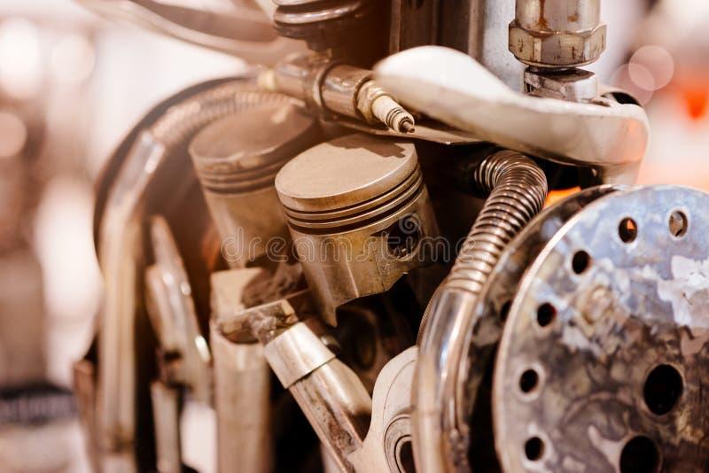 Peças de motor velhas do automóvel do metal fotografia de stock