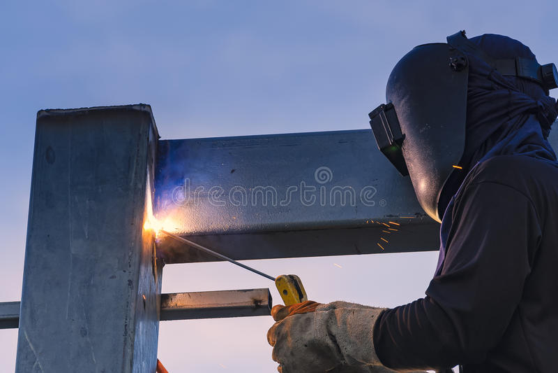 Peças de solda do trabalhador da construção do stell foto de stock