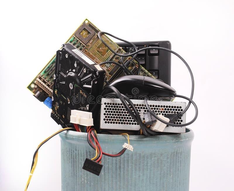 Peças diferentes do computador no balde do lixo fotografia de stock royalty free