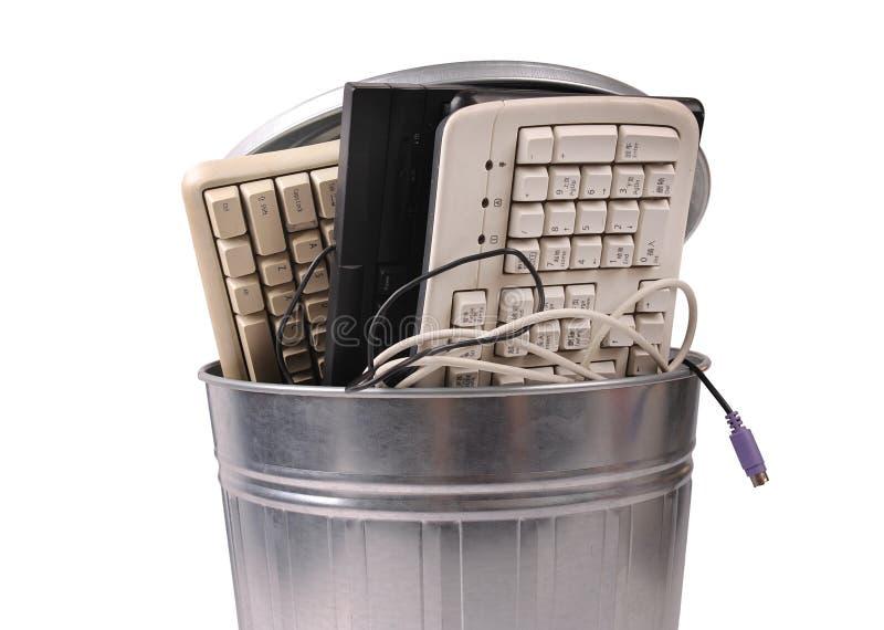 Peças diferentes do computador no balde do lixo imagem de stock