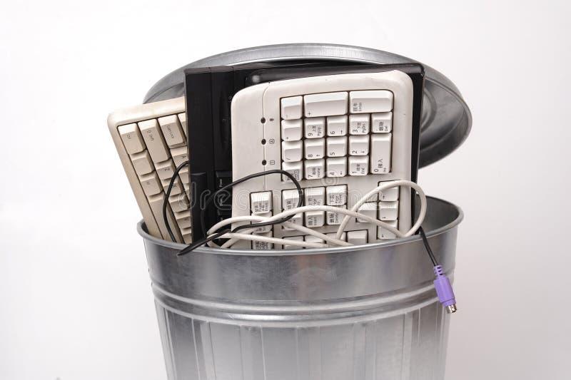Peças diferentes do computador no balde do lixo foto de stock royalty free