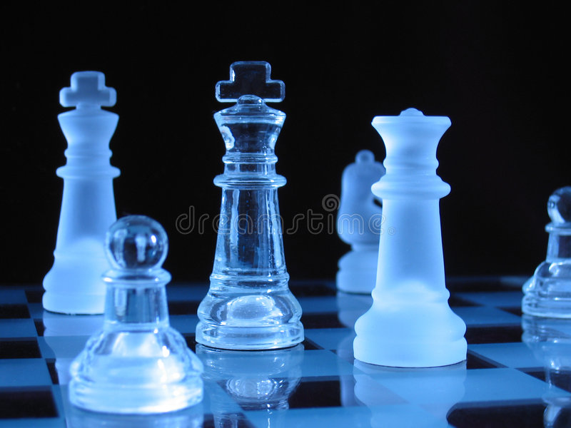 Peças do jogo de xadrez de vidro fotografia de stock royalty free