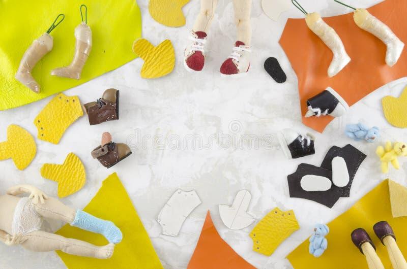 Peças e acessórios para a fatura feito a mão da boneca de pano Vista superior que crafting o local de trabalho Espa?o para o text foto de stock
