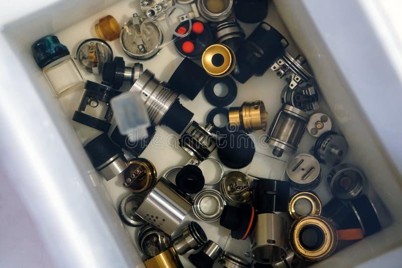 Peças eletrônicas de limpeza do átomo do cigarro na água imagem de stock
